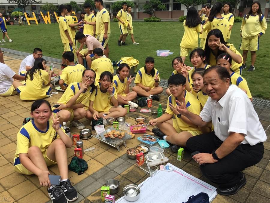 弘文中學舉辦中秋嘉年華大會烤活動,學生分組進行烤肉。(弘文中學提供/王文吉台中傳真)