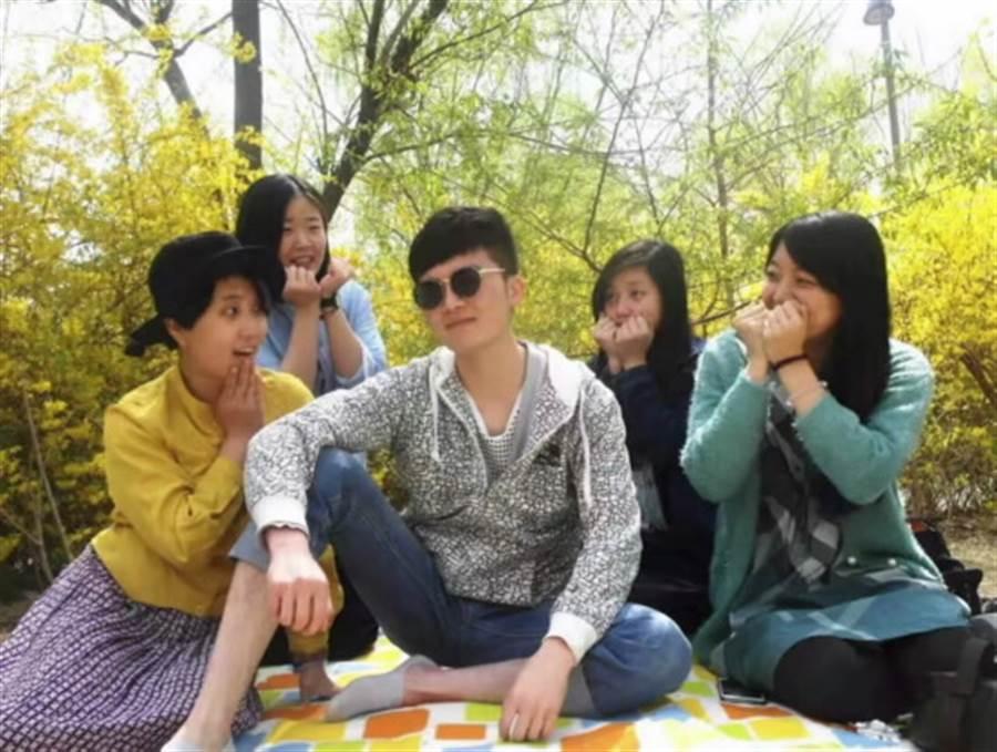 2016年作者(左1)與茶文化之旅的朋友在奧林匹克森林公園春遊。(作者提供)