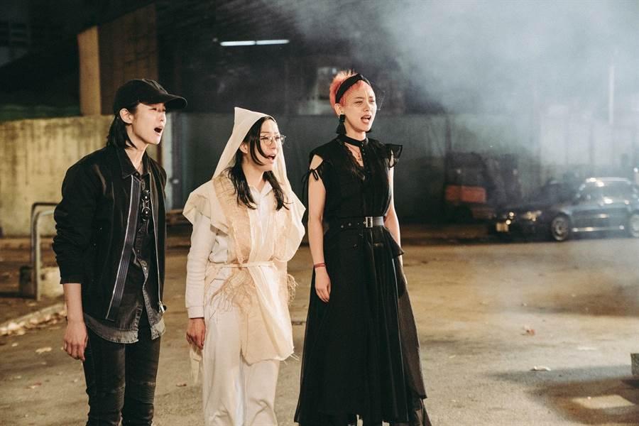 鄭秀文(左起)、賴雅妍、李曉峰在片中演出同父異母的姊妹。(華映提供)