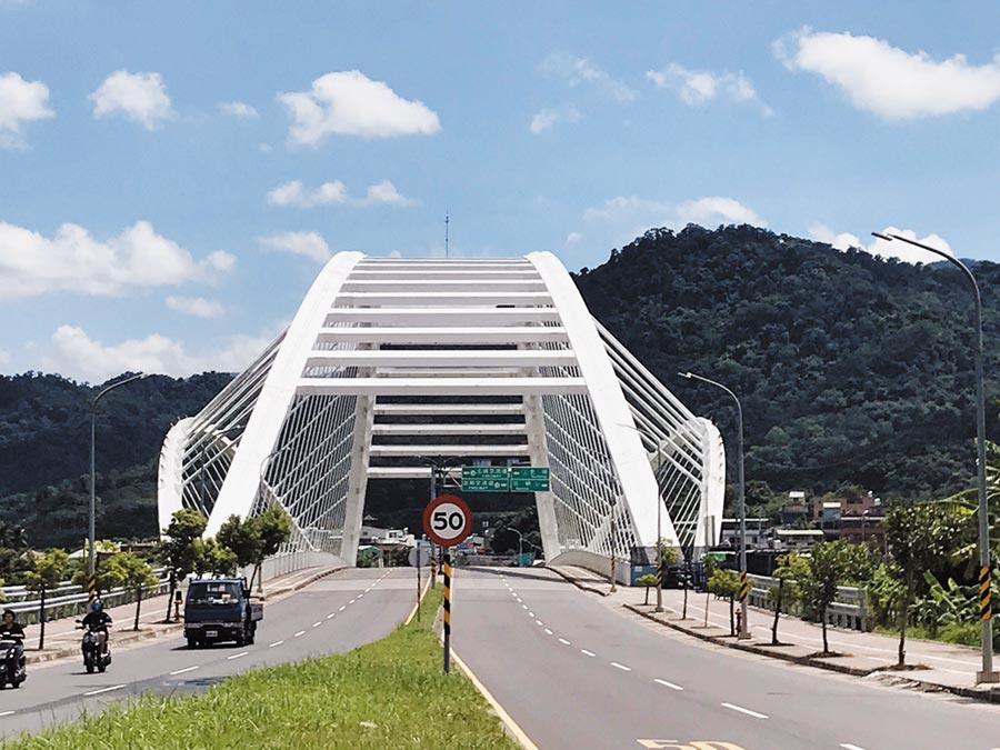 三角湧大橋未設計與捷運軌道共構,捷運工程局現正在右方的上游處興建鋼拱捷運橋。(陳俊雄攝)