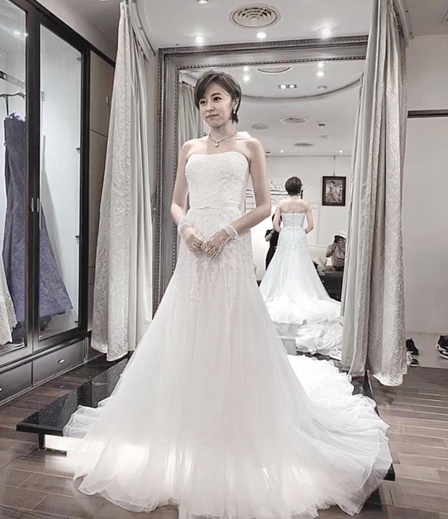 王瞳7月中為戲試婚紗,馬俊麟(戴白帽者)沒戲也到場。(讀者提供)