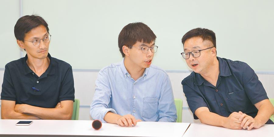 9月3日,香港眾志秘書長黃之鋒(左)拜會民進黨中央黨部,與民進黨秘書長羅文嘉(右)交換意見。(本報系資料照片)