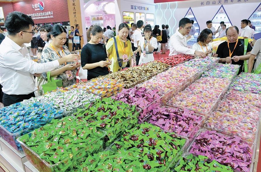 7月20日,第三屆海峽兩岸食品交易會在福建晉江舉行,參觀者選購糖果。(新華社)