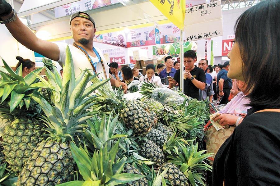 7月4日,2019年天津.台灣商品博覽會在梅江會展中心開幕,台灣水果受青睞。(中新社)
