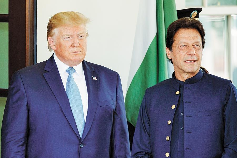 川普與阿富汗塔利班和談是讓波頓免職的最後一根稻草。圖為7月23日,川普會見巴基斯坦總理伊姆蘭·汗(右),盼美巴合作,以便從阿富汗戰場脫身。(新華社)