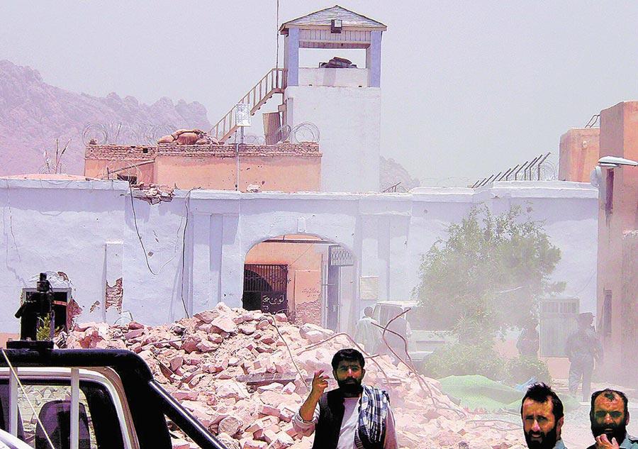 阿富汗反政府游擊隊塔利班攻擊南部大城坎達哈監獄。(新華社資料照片)