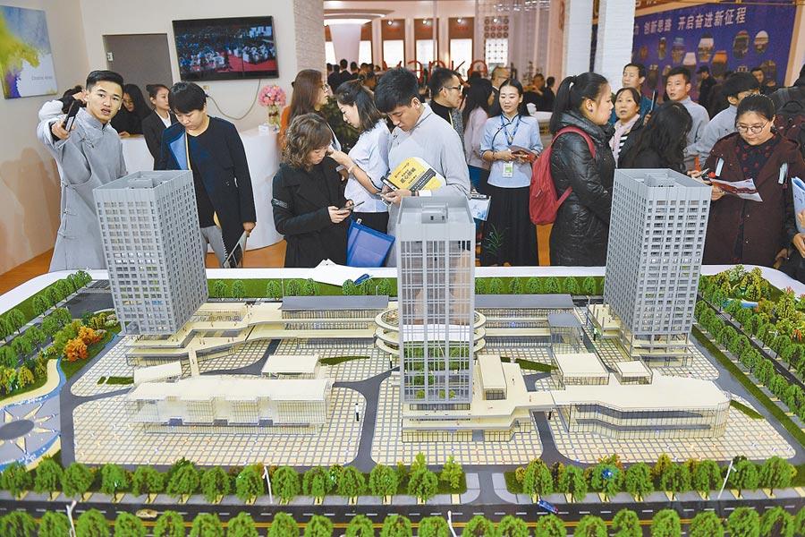 房子是用來住的,不是用來炒的。圖為2017年10月,山西省太原市業者向民眾推薦商品房戶型。(中新社)