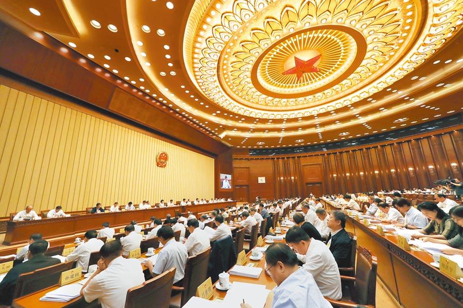 8月26日,十三屆全國人大常委會通過修改《土地管理法》、《城市房地產管理法》。 (中新社)