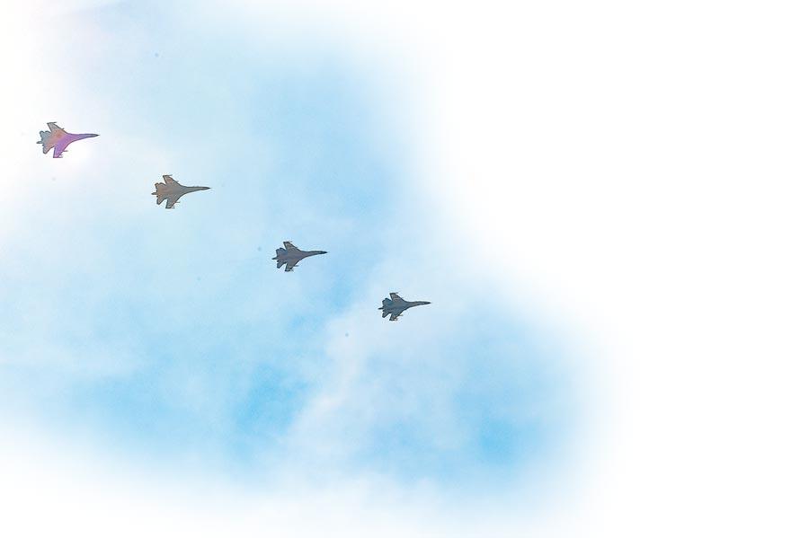 2015年9月3日,大陸抗戰勝利70年活動在北京舉行,殲11-B梯隊飛越東長安街上空。(新華社)