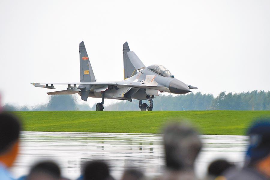 一架殲-11B戰機在跑道上滑行。(新華社資料照片)