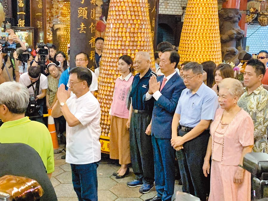 11日一早郭台銘和柯文哲同框參拜新竹城隍廟。(中央社)