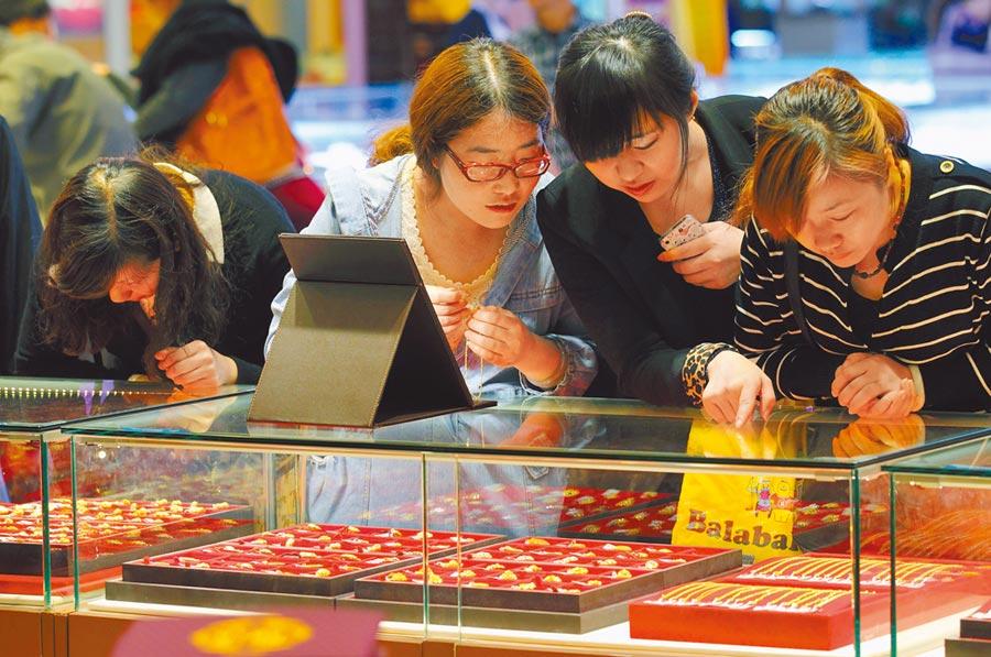 南京市民在一家黃金飾品城內購買黃金飾品。(中新社資料照片)