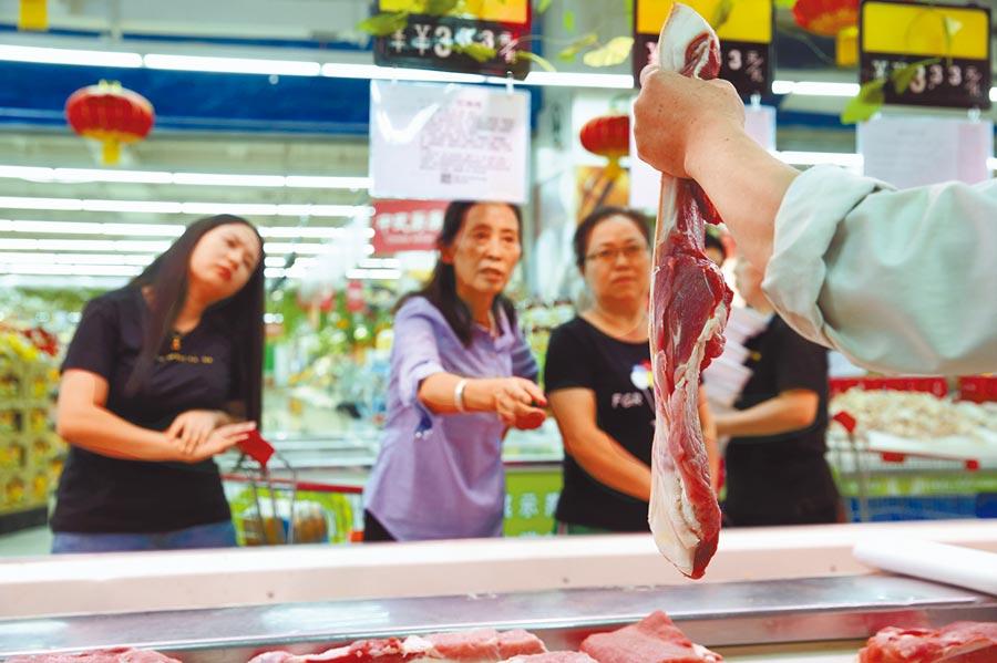 大陸穩豬價政策頻出,圖為民眾在超市選購豬肉。(中新社)