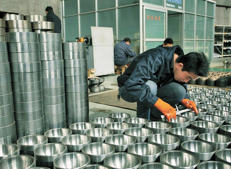 小微企業貸款難獲得改善。圖為河北張家口小微企業工人檢測產品精度。(新華社資料照片)