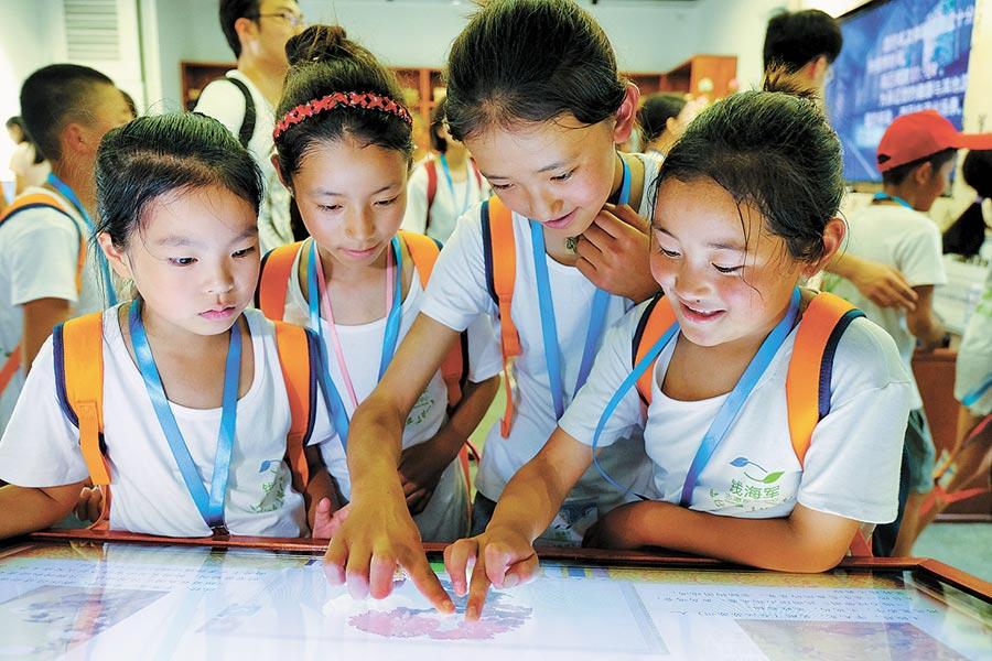浙江幾名小學生在體驗觸控電腦。(新華社資料照片)