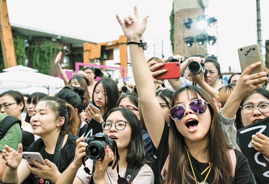 北京粉絲嘉年華,吸引大批追星的年輕人。(中新社資料照片)