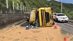 濱海公路化學車翻覆 2人受傷暫單線通車