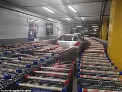 停車太智障 超市員工用這招狠教訓車主