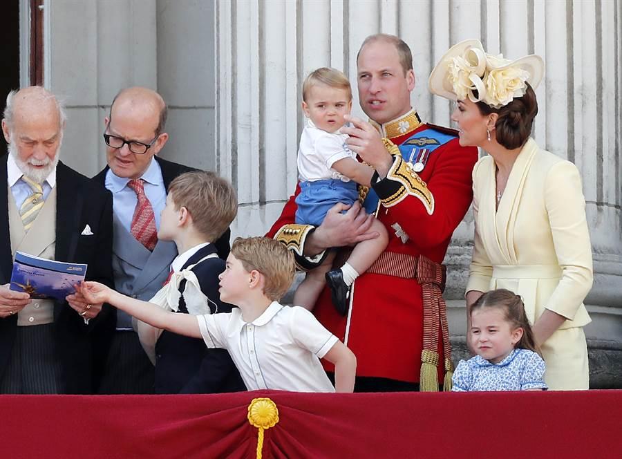 劍橋公爵夫婦威廉與凱特全家6月8日在倫敦出席御林軍校閱儀式的畫面。(美聯社)