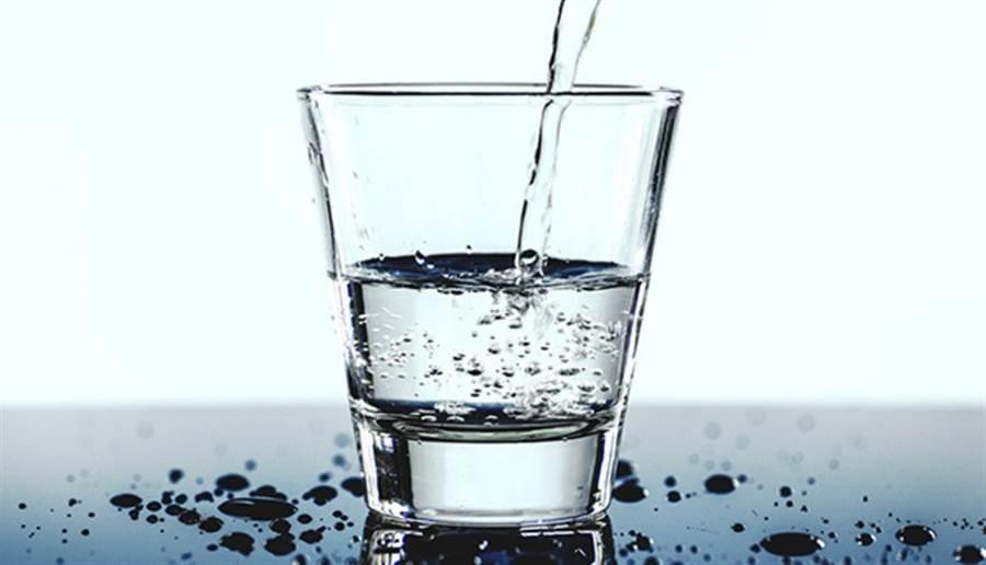 喝水有助新陳代謝及排毒,還能降低食慾。(圖片來源:pixabay)