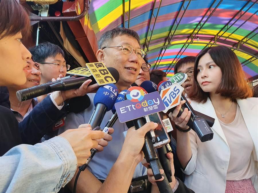 台北市長柯文哲今(13日)上午7時許前往新北市中和區烘爐地南山福德宮參拜。(葉書宏攝)