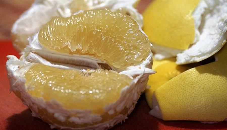 中醫會運用柚子皮曬乾後製成藥材,主治氣滯胸悶、胃痛、咳嗽氣喘等症狀。(圖片來源:pixabay)