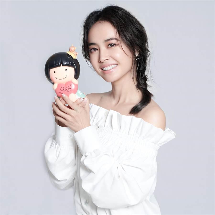 藝人蔡依林親筆簽名的家扶娃娃撲滿,供粉絲上網競標。(家扶基金會提供/廖德修傳真)