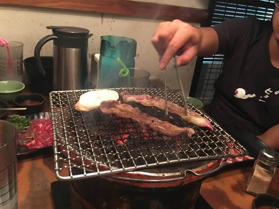 烤肉時,應避免攝取加工肉,並以魚肉、瘦雞肉等白肉取代紅肉,以防大腸癌上門。(林周義攝)