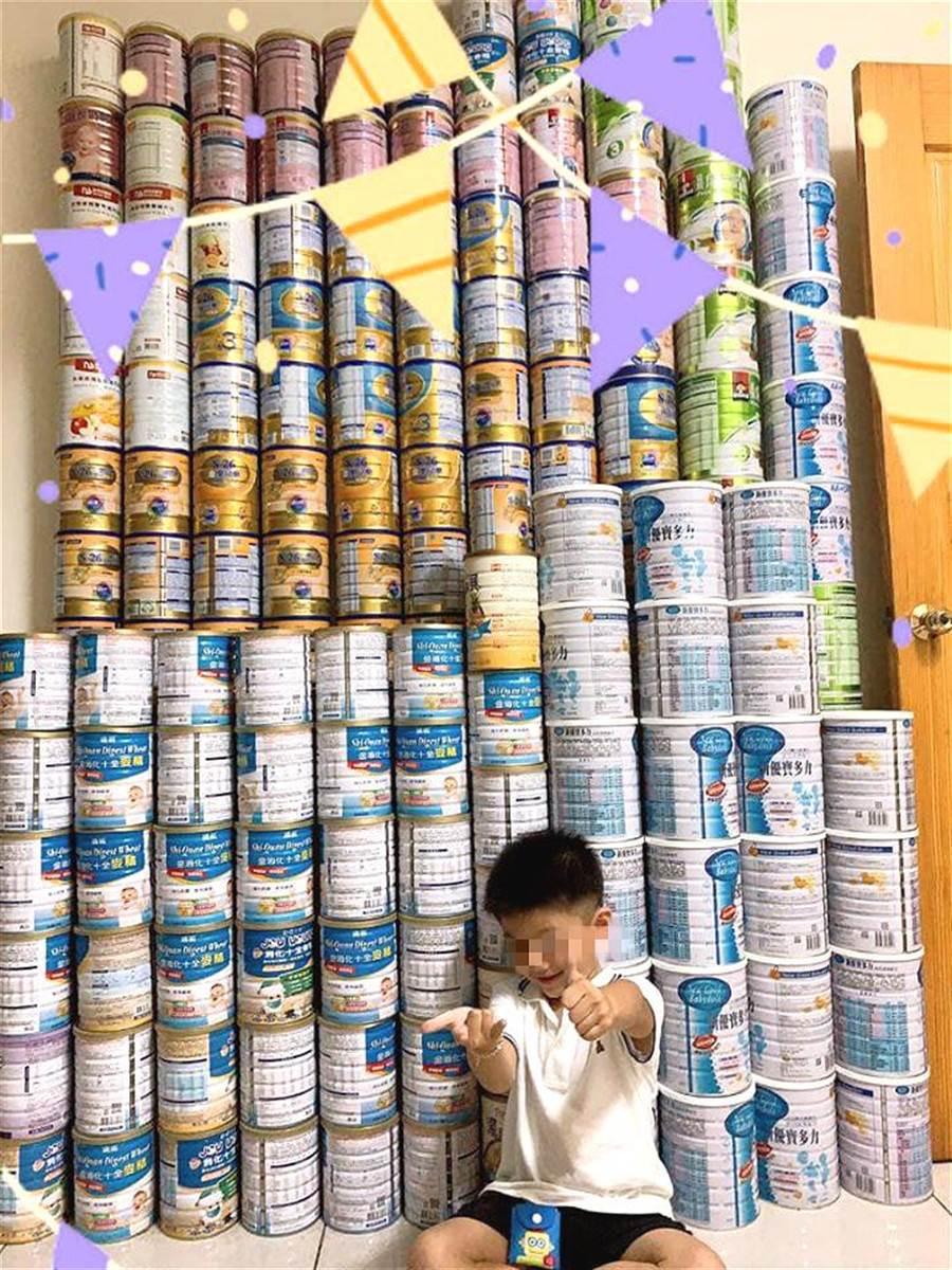 網友直接曬出養小孩4年多,買來的奶粉罐所堆砌的「奶粉牆」照,震驚眾網友,完整呈現養小孩的開銷是多麼驚人。(圖摘自臉書爆怨公社)