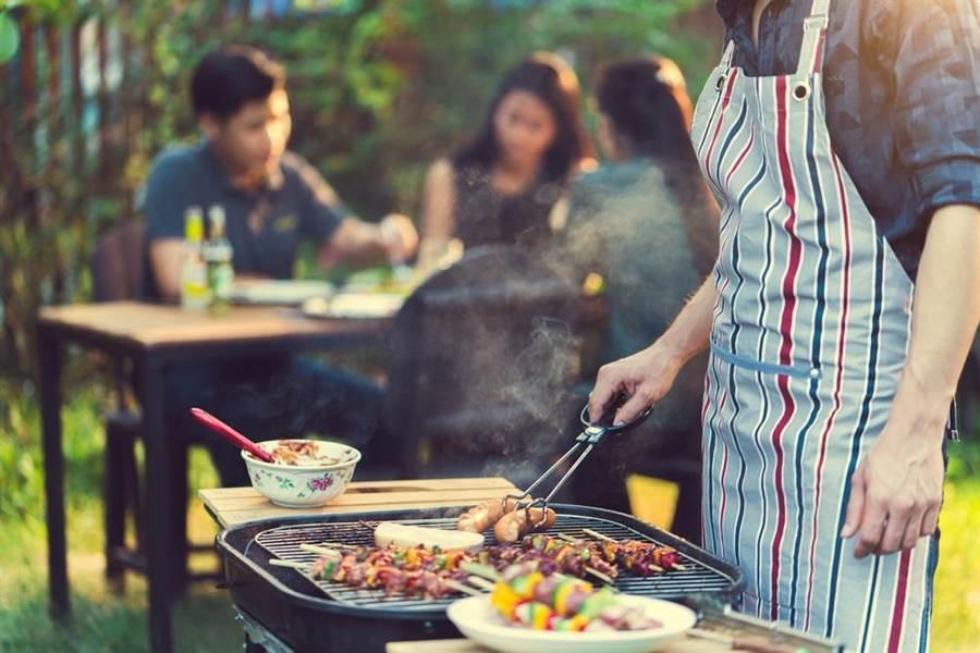 毒物專家說,肉類先以洋蔥、大蒜、橄欖油醃泡,再搭配蔬果、無糖綠茶,中秋烤肉就能吃得更健康。(達志影像/shutterstock)