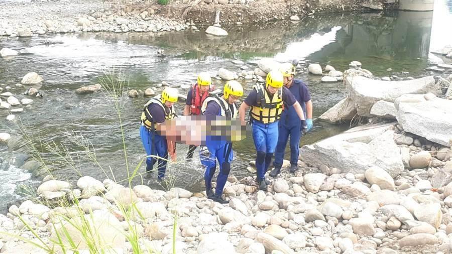 警消獲報涉水將漂浮在溪中的男子救出,但該男子已無生命跡象。(民眾提供/林欣儀台中傳真)