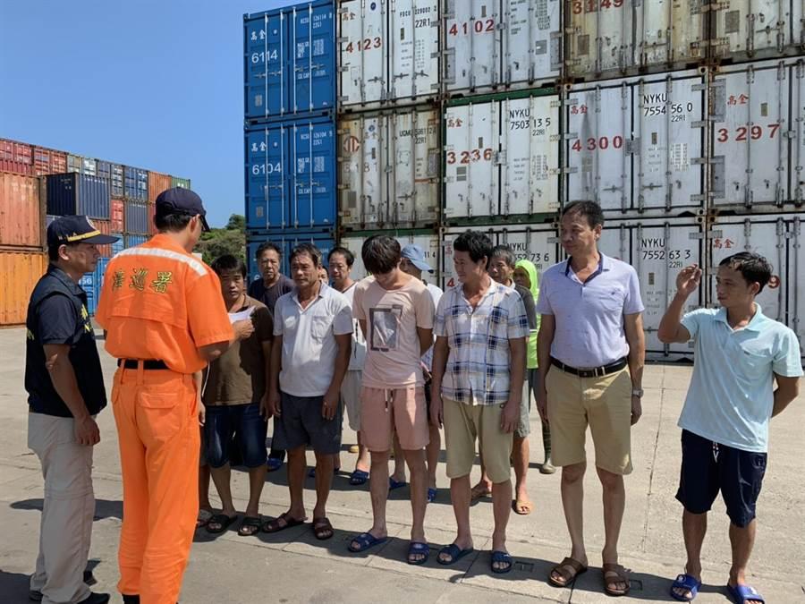 3艘越界大陸漁船的14名船員遭驅逐出境前,在料羅碼頭點名核對身分。(海巡提供/李金生金門傳真)