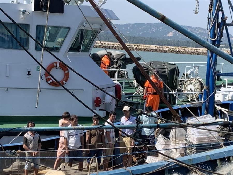 14名越界作業的大陸漁船,下午遭併船集體遣返對岸。(海巡提供/李金生金門傳真)