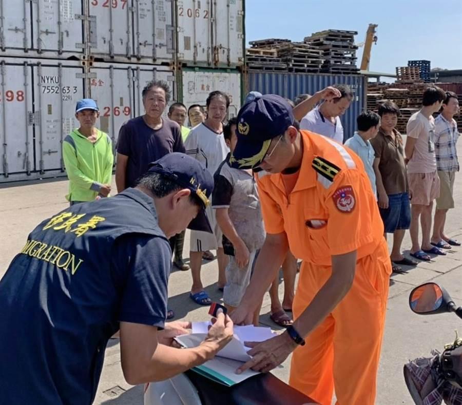 越界大陸漁民今天遣返出境,移民署派員協同作業。(海巡提供/李金生金門傳真)