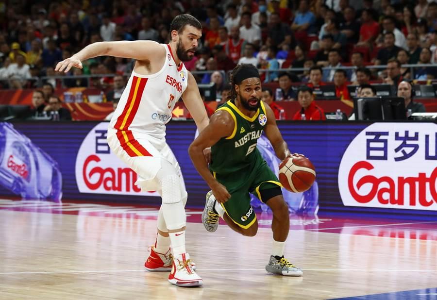 米爾斯(右)雖替澳洲攻下32分,卻在最後時刻熄火。(路透)