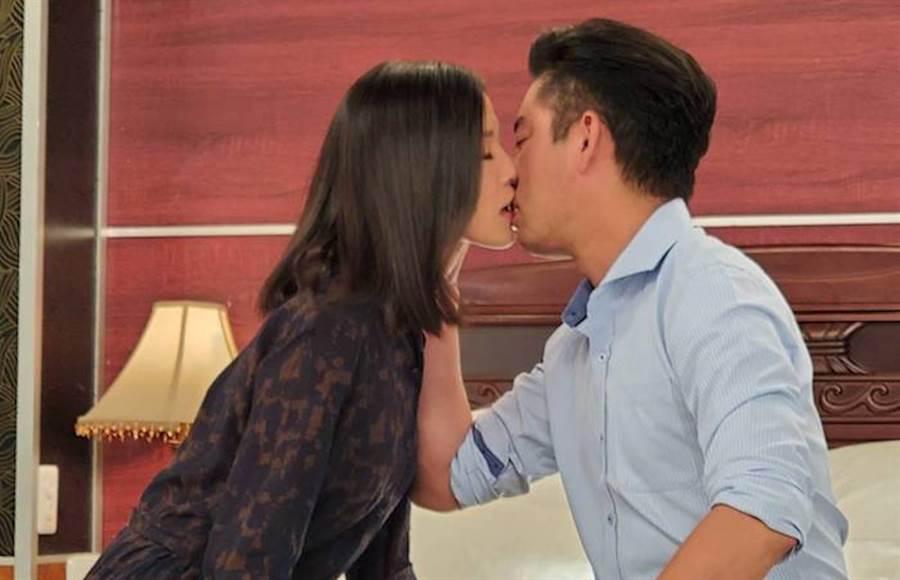 韓宜邦(右)和楚宣在劇中接吻。(民視提供)