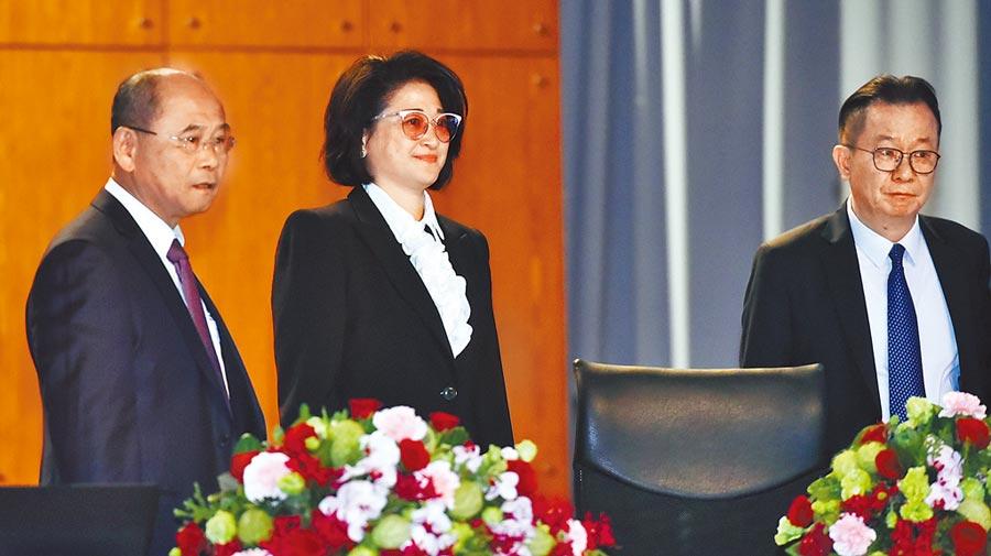 裕隆董事長嚴陳莉蓮(中)6月與當時副董事長陳國榮(右)及總經理姚振祥(左)出席股東會。(本報資料照片)