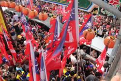 韓國瑜台中市拜廟 車隊被熱情韓粉擁簇包圍