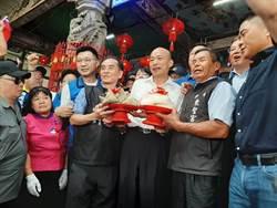 韓國瑜參拜東勢區東聖宮廟方贈「包粽」
