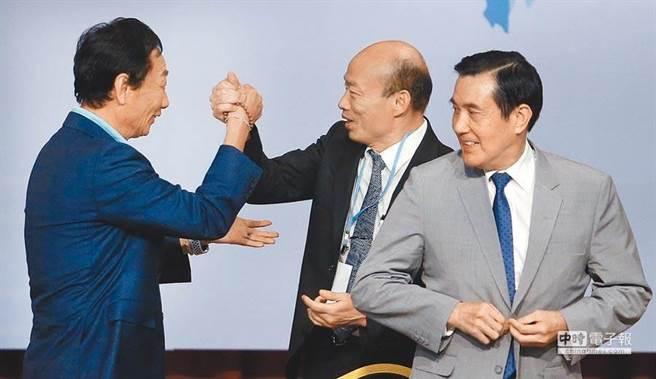 國民黨總統參選人韓國瑜(中)與鴻海創辦人郭台銘(左),出席前總統馬英九(右)主持的經濟論壇,2人熱情地握手打招呼。(資料照片,范揚光攝)
