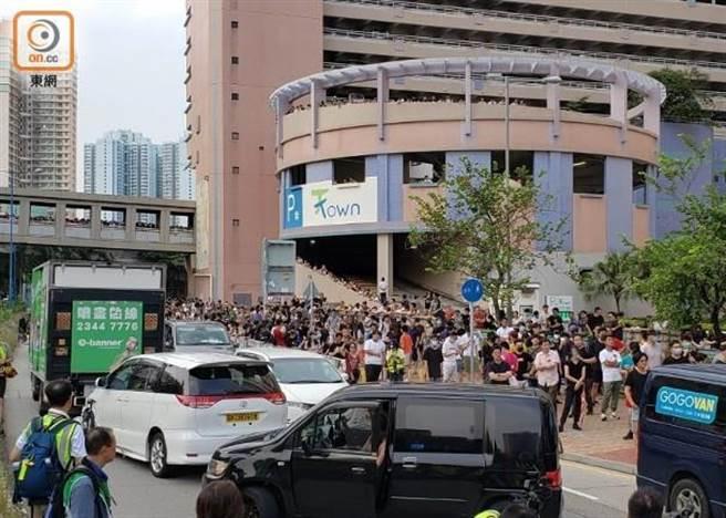 香港示威者及街坊天頌苑一帶集結,有車輛在警方防線前掉頭。(摘自東網)