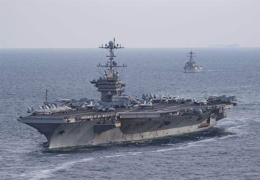美國尼米茲級核動力航母「杜魯門」號今年7月18日穿越大西洋的畫面。(美國海軍)