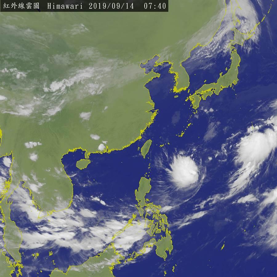 台灣今天氣多雲到晴,迎風面的基隆北海岸、大台北及東半部地區有機會出現局部短暫陣雨。(衛星雲圖/中央氣象局)