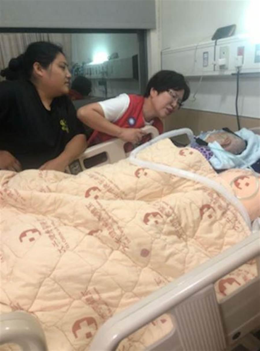 苗栗縣議員黃月娥在家屬陪同下到醫院探訪,替文面國寶柯菊蘭打氣。(翻攝照片/巫靜婷苗栗傳真)
