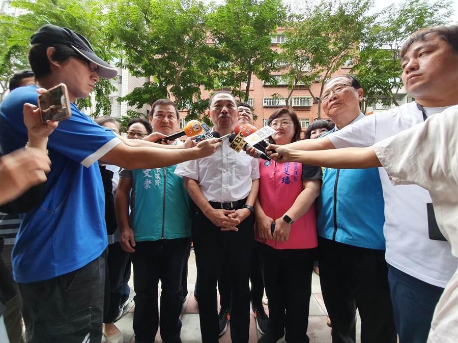 新北市長侯友宜今(14日)上午視察時表示,對這些事情不是很了解,目前還是專心拚市政。(葉書宏攝)