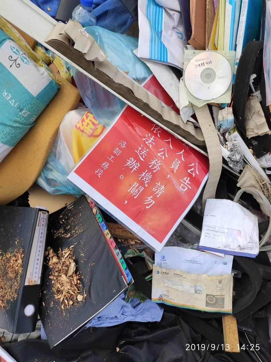 廢棄物中,清楚看出工務段廢棄紙本。(民眾提供/王志偉花蓮傳真)