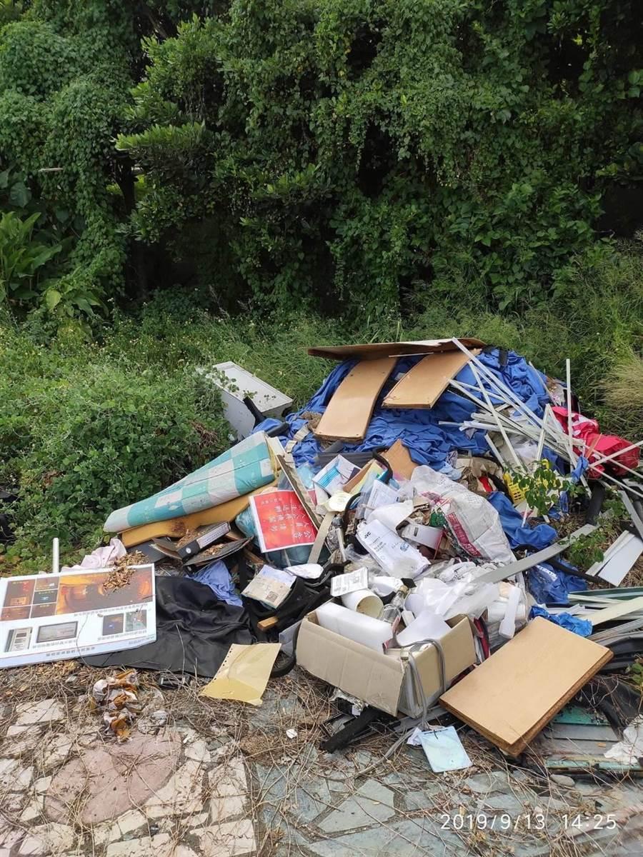 鹽寮海邊遭人傾倒廢棄物,卻發現多是機關工務段廢棄公文紙本等物。(民眾提供/王志偉花蓮傳真)