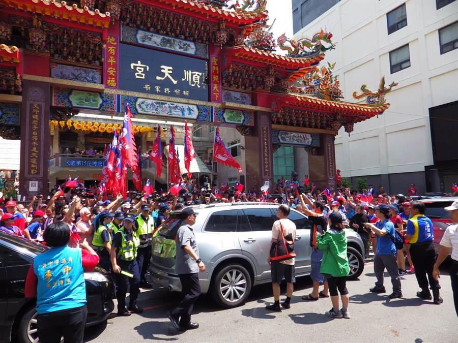 韓國瑜抵順天宮,現場用入大批支持的民眾與韓粉,場面熱絡。(陳界良攝)