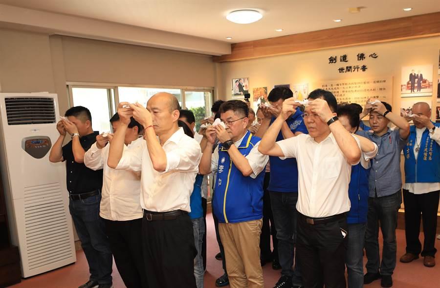 國民黨總統參選人韓國瑜(前排右1),到群園事業機構董事長呂崇民之父呂國震老先生追思佛堂弔念。(翻攝照片/陳淑芬台中傳真)