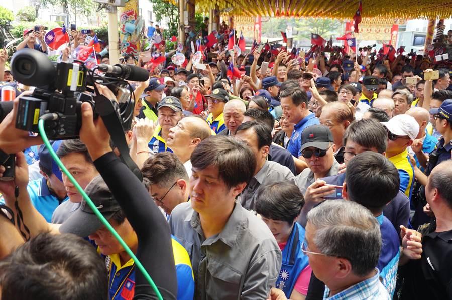 國民黨提名總統參選人韓國瑜在黨籍民代及支持者簇擁下,前往醒修宮參拜關聖帝君。(王文吉攝)